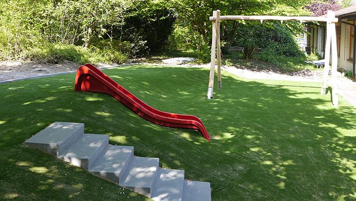 Kunstrasen mit Fallschutz – moderner Spielpark für einen Kindergarten