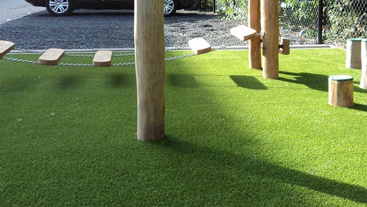 Kunstrasen mit Fallschutz – moderner Spielpark für ein Kindergarten