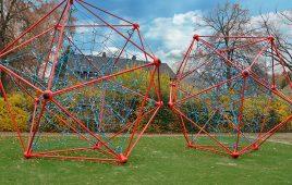 Kunstrasen mit Fallschutz für das öffentliche Seilspielgerät