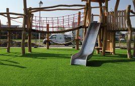 Kunstrasen mit Fallschutz für die öffentliche Spieleanlage