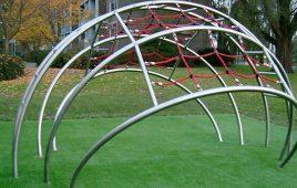 Kunstrasen mit Fallschutz für das öffentliche Kletternetz