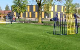 Kunstrasen mit Fallschutz für den öffentlichen Bolzplatz