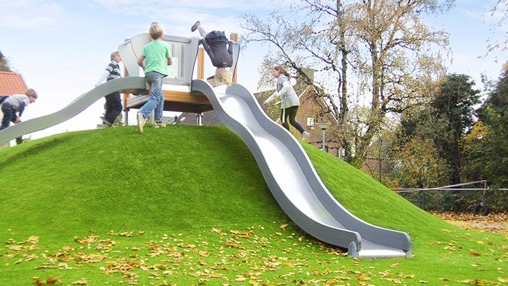 Kunstrasen Hügel mit Fallschutz – Edelstahlrutsche