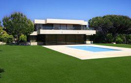 Premium Kunstrasen für den privaten Garten mit Pool