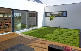 Premium Kunstrasen für den privaten Garten mit Wintergarten